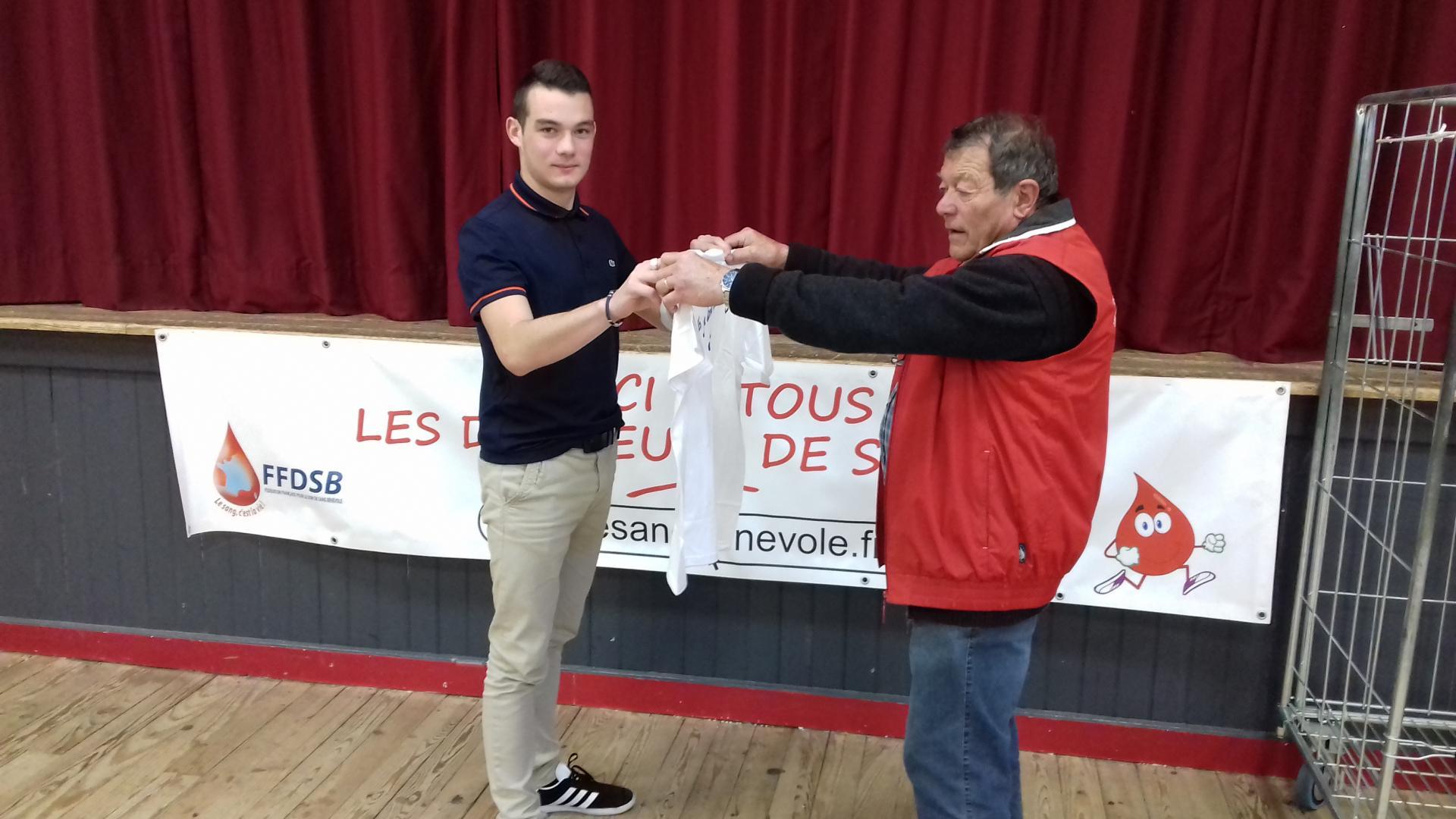 Jean Claude félicite Damien pour son 2eme don.