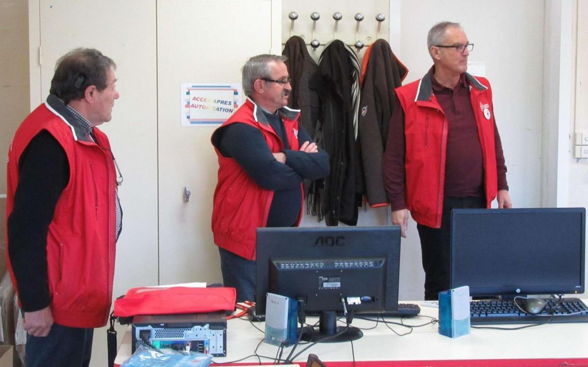 Les trois globules rouges instructeurs devant les collegiens